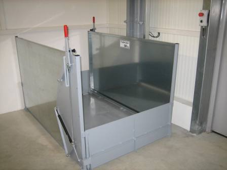 Freight elevator with loading platform